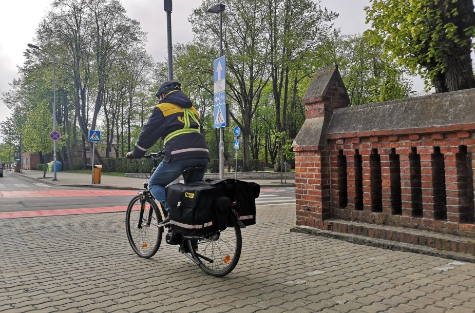 Laiškininkas su dviračiu