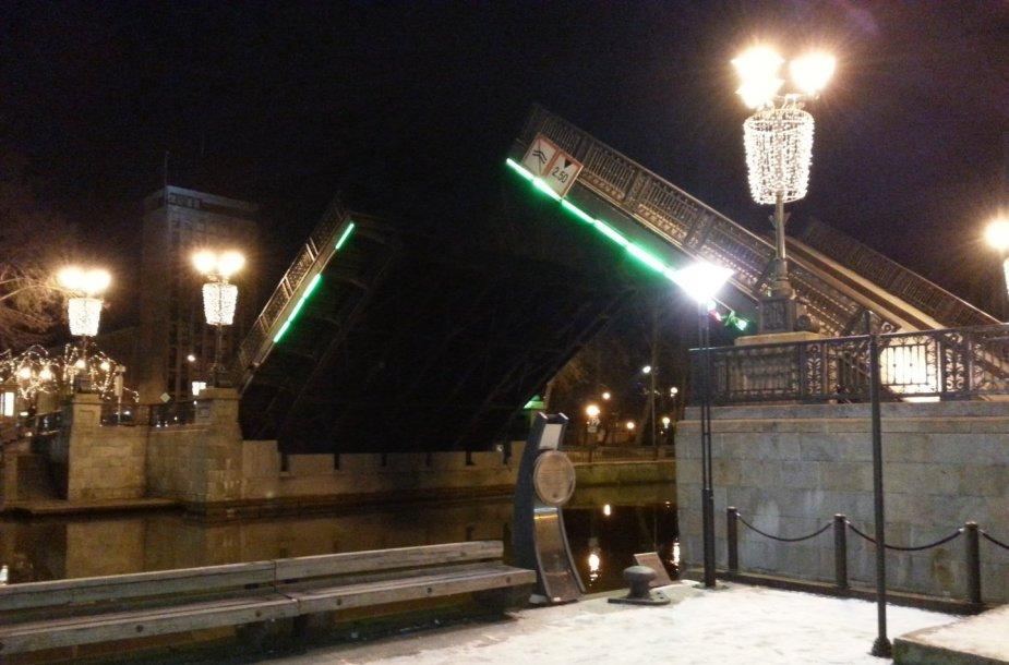 Naktį Klaipėdoje buvo pakeltas Biržos tiltas