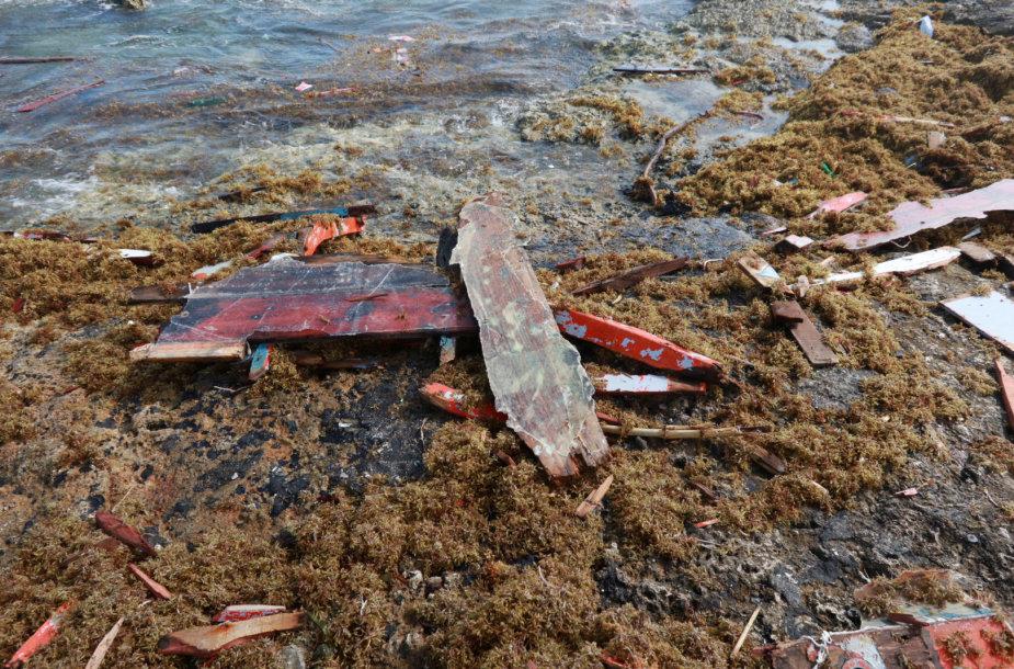 Bangos į Kiurasao pakrantę išmetė laivo nuolaužas ir keturių žuvusiųjų kūnus.