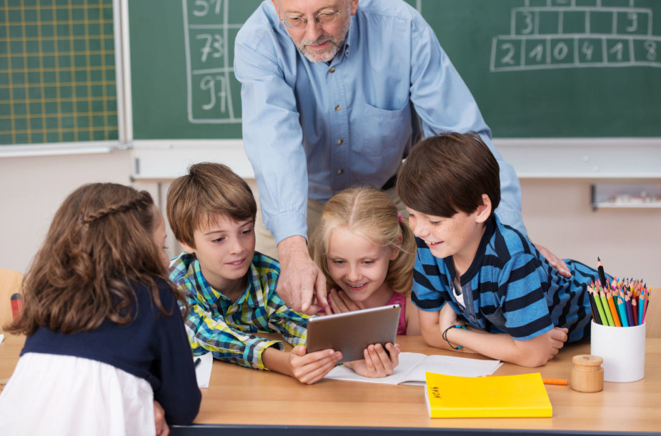 Moksleiviai bendrauja su mokytoju