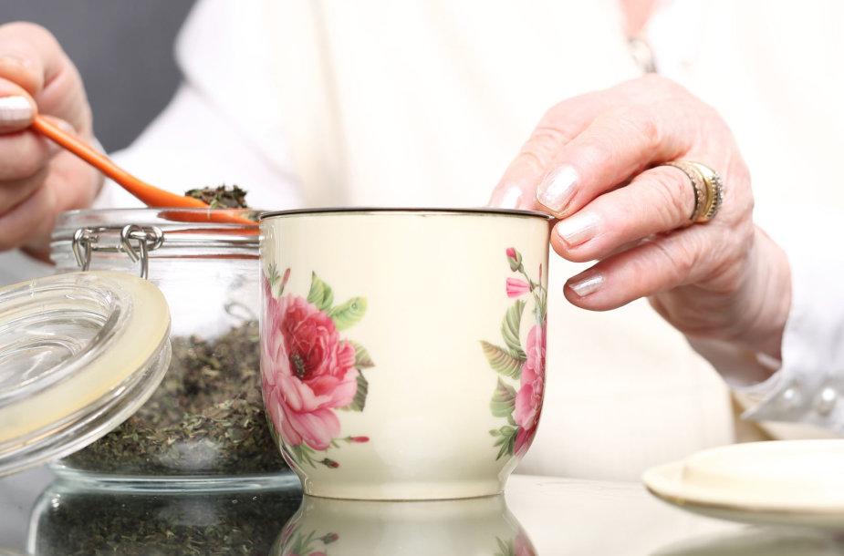 Moteris geria arbatą
