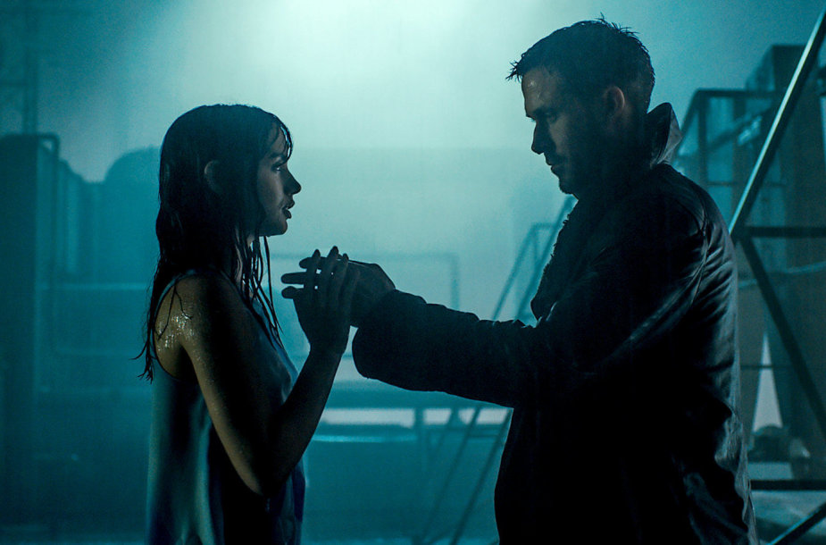 """Ana de Armas ir Ryanas Goslingas filme """"Bėgantis skustuvo ašmenimis 2049"""""""