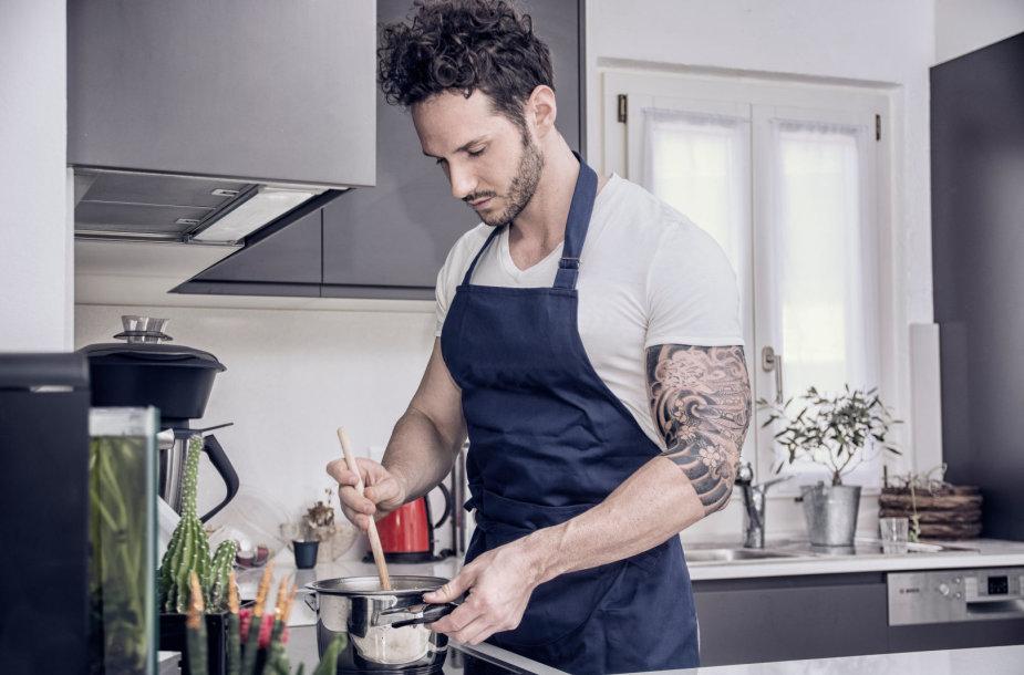 Vyras gamina maistą