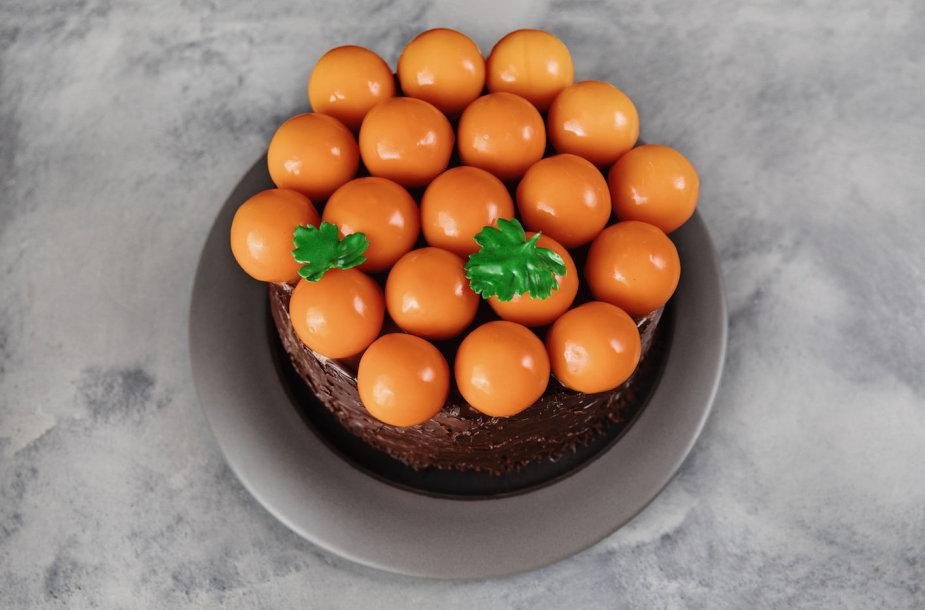 Šokolado ir morkų tortas su šaltalankiais bei varškės sūriu