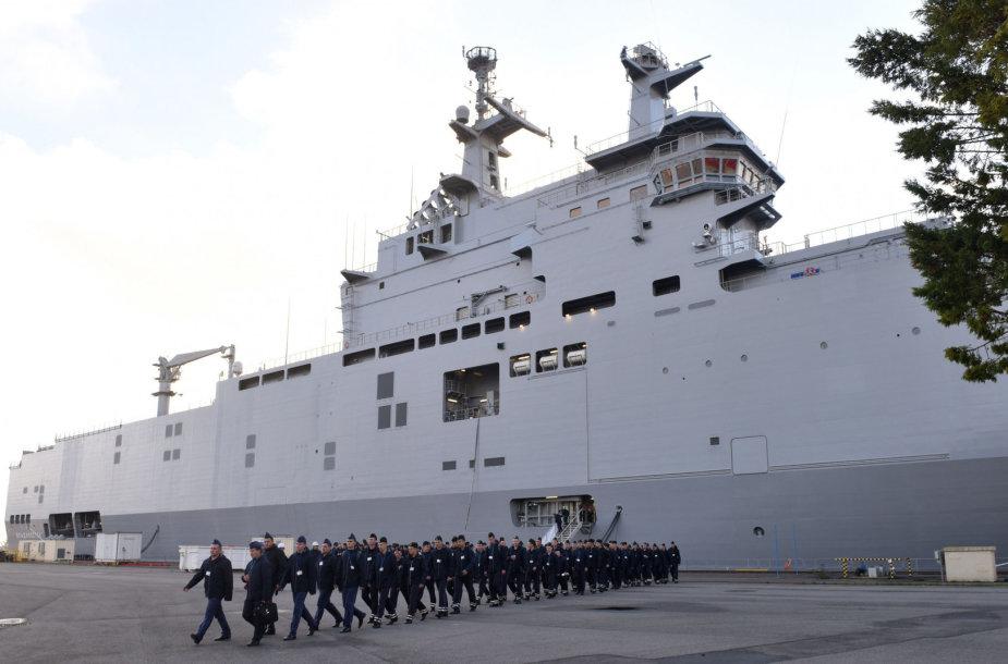 """Rusijos jūrų pėstininkai prie laivo """"Vladivostok"""""""