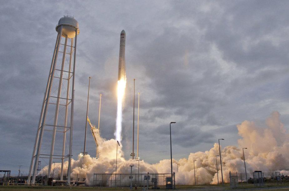 Ši raketa į kosmosą kelia ir pirmą Asgardijos palydovą, ir picas bei ledus astronautams