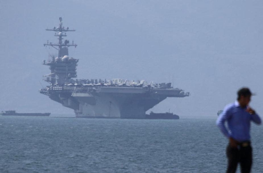 JAV lėktuvnešis atplaukė istorinio vizito į Vietnamą