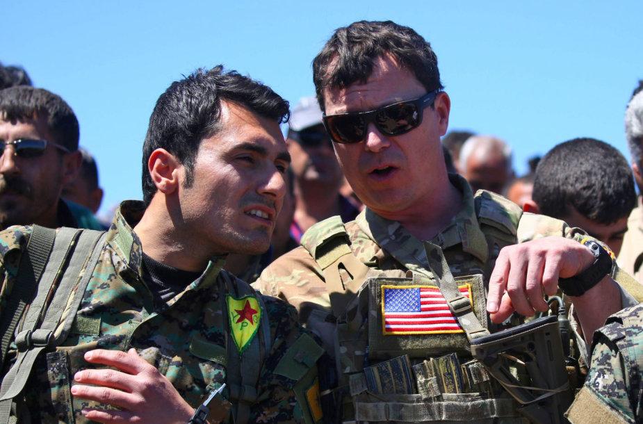 Kurdų kovotojas ir amerikiečių karys