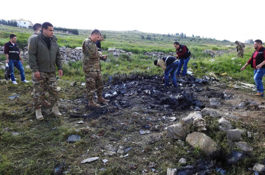Libano saugumo pareigūnai apžiūrinėja skraidyklės nuolaužas.