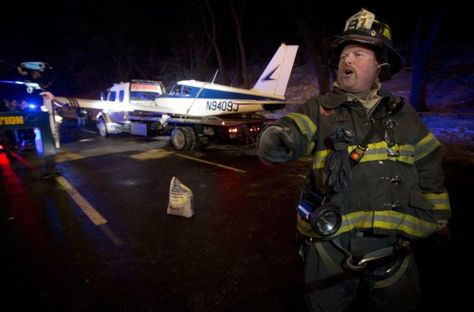 Niujorke ant autostrados nusileido lėktuvas