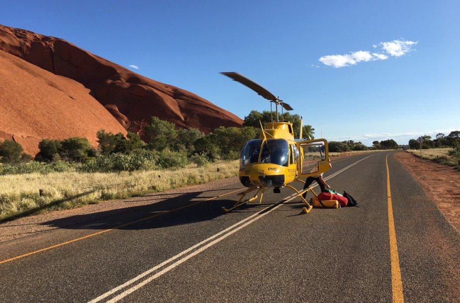 Australijoje išgelbėti Uluru uolos plyšyje įstrigę trys vyrai