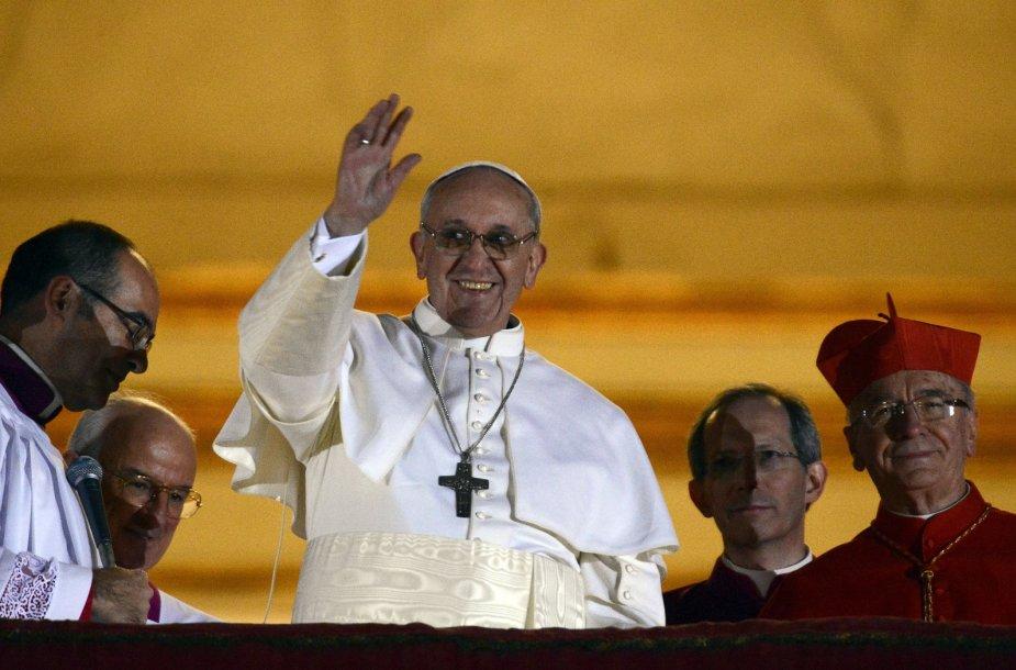 Naujai išrinktas popiežius Pranciškus mojuoja miniai žmonių
