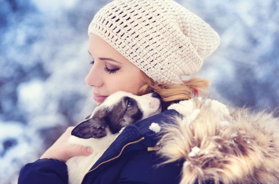 Moteris su šuniuku