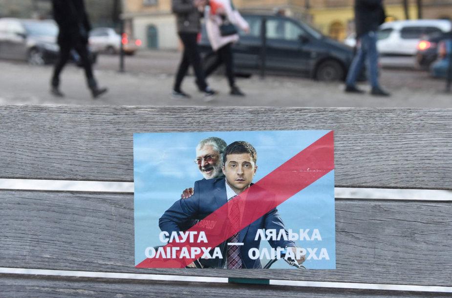 """Plakatas su užrašu """"Oligarcho tarnas"""". Ant jo – Ihoris Kolomoiskis ir Volodymyras Zelenskis"""