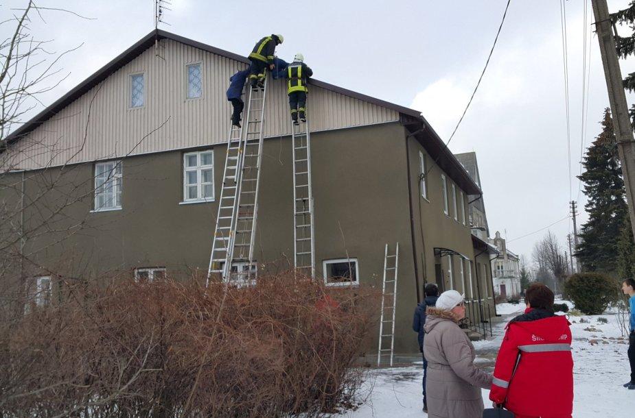 Ugniagesiai Saugų gyvenvietėje nukėlė nuo stogo senolį