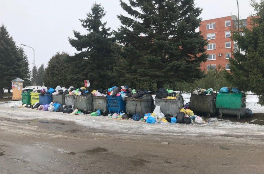Perpildyti atliekų konteineriai Ariogaloje