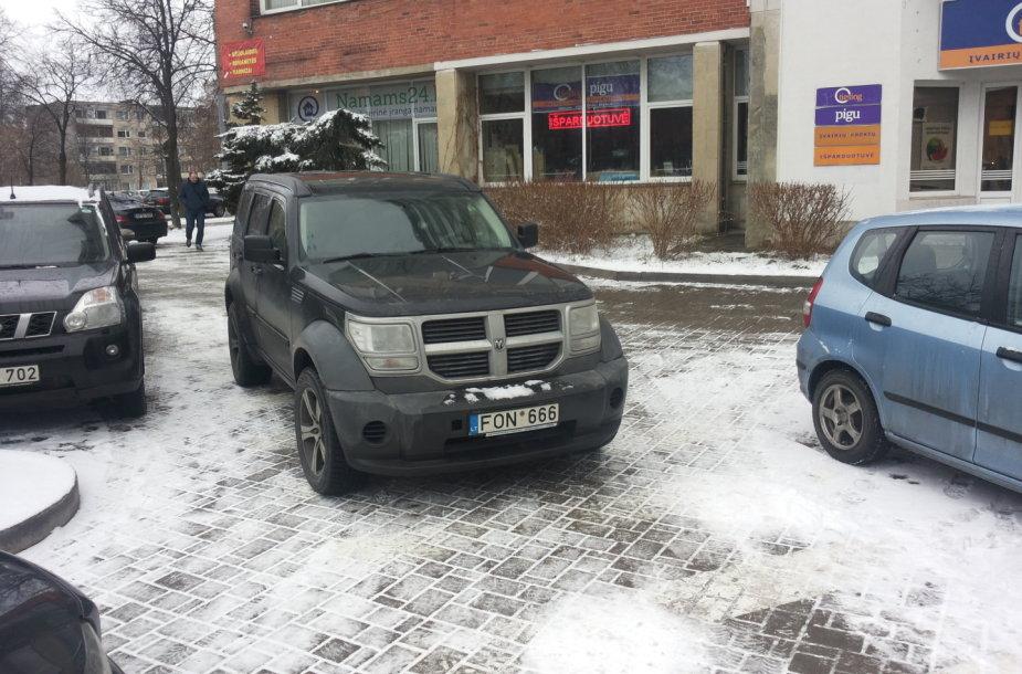 """Užstatytas automobilis prie """"Baldų rojaus"""" Vilniuje"""
