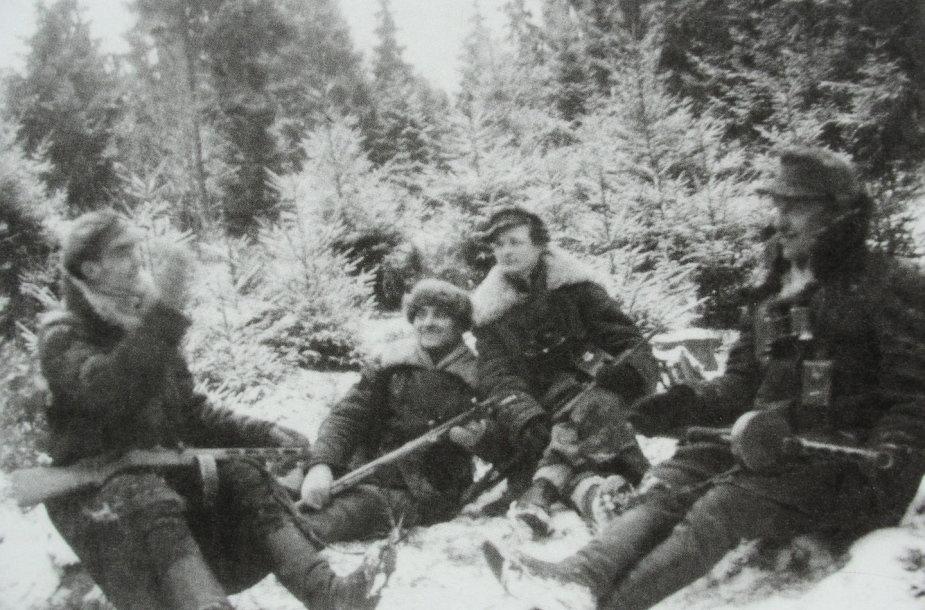 """A rinktinės """"skrajojančio"""" būrio partizanai. Trečias iš kairės - Bernardas Arbočius - Liepsniukas."""