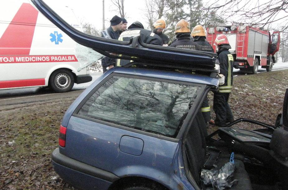 """Kauno rajone į medį rėžėsi """"VW Passat"""""""