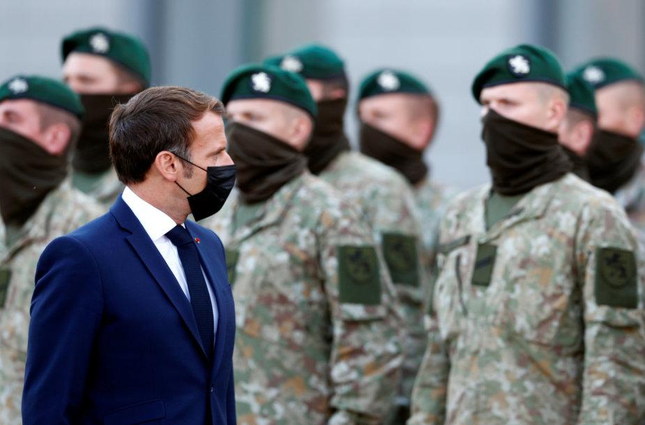 Emmanuelis Macronas lanko Prancūzijos karius Rukloje