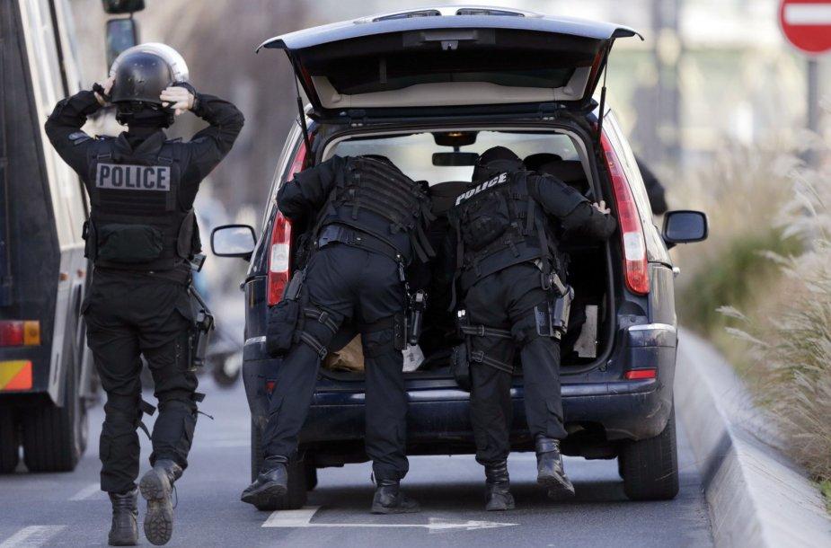 Prancūzijos policija Kolombo mieste, kuriame ginkluotas užpuolikas laiko įkaitus.