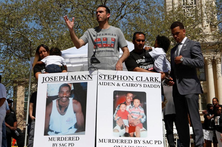 Mitingo Kalifornijoje dalyviai reikalavo teisingumo