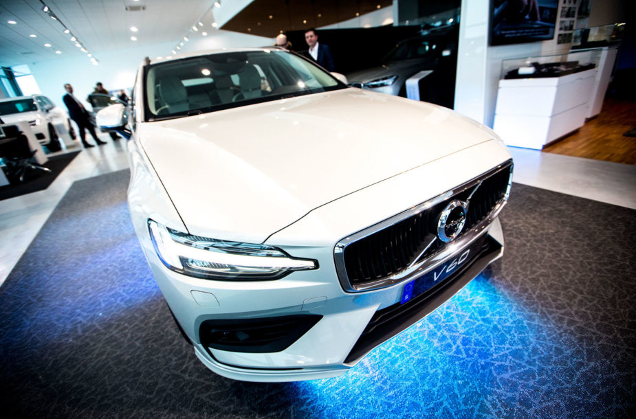 """Naujasis """"Volvo V60"""" universalas"""