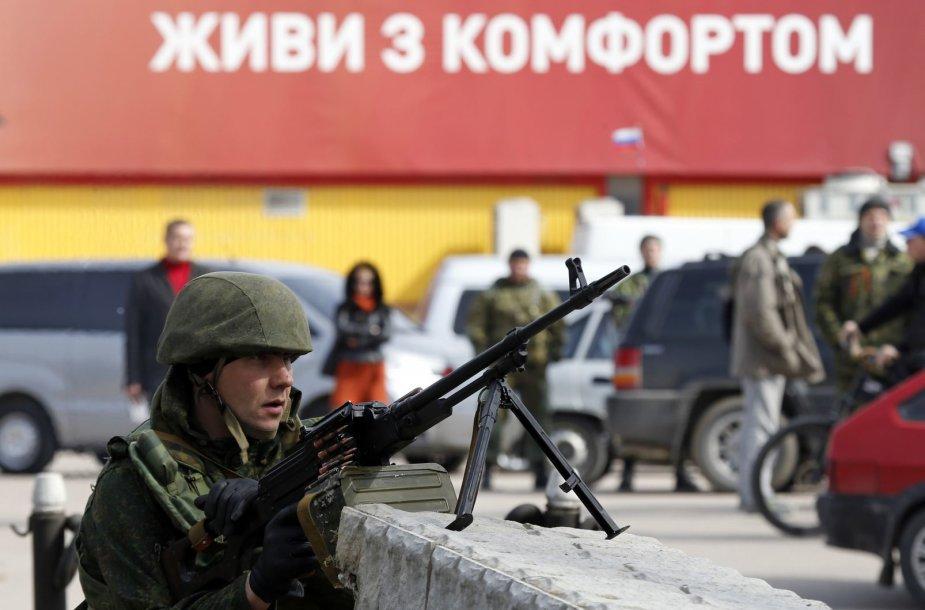 Rusijos karys prie  Ukrainos karinių jūrų pajėgų štabo Sevastopolyje