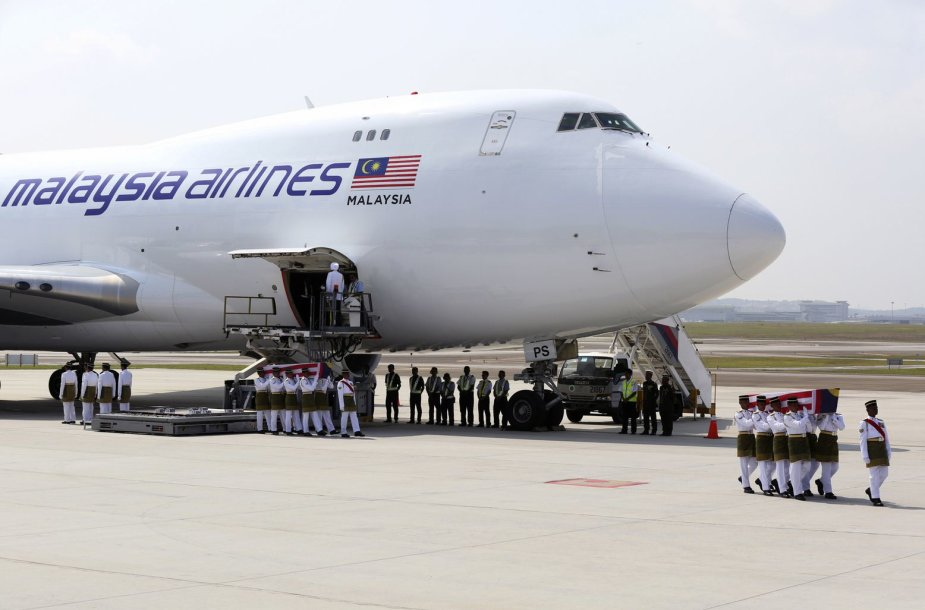 Malaiziją pasiekė pirmieji lėktuvo katastrofos Ukrainoje aukų palaikai
