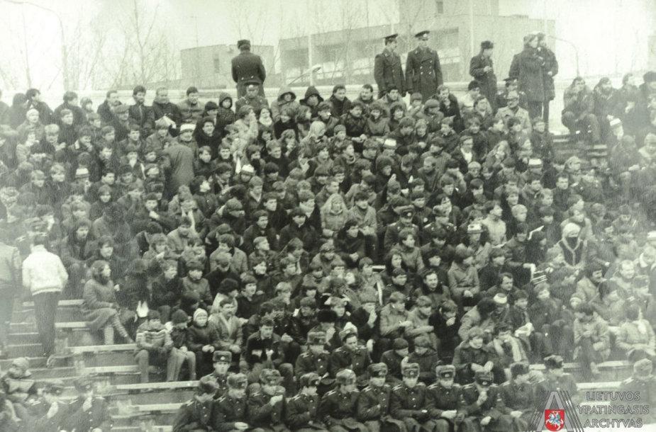 """Vilniaus """"Žalgirio"""" futbolo komandos sirgaliai rungtynių metu."""