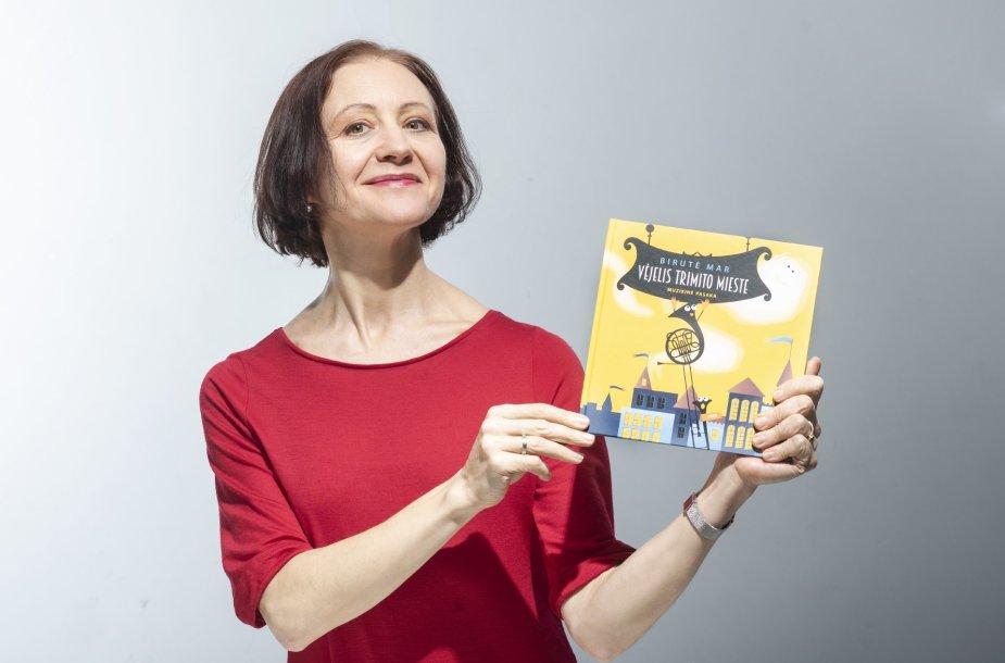 Birutė Mar su savo knyga vaikams