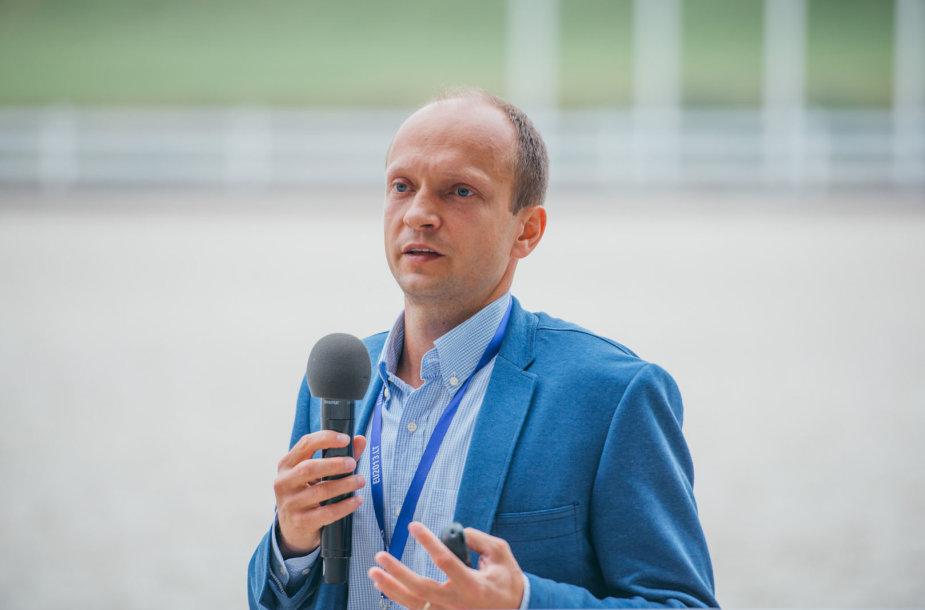 Nerijus Mačiulis skaito paskaitą Pasaulio lietuvių jaunimo susitikime