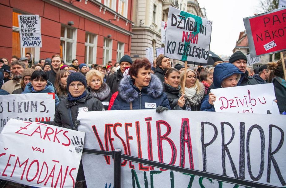 Latvijos gydytojai surengė protestą prie Saeimos rūmų