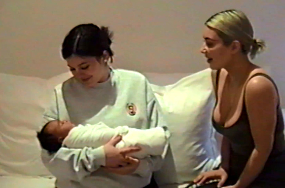 Kylie Jenner su dukterėčia Chicago ant rankų ir Kim Kardashian