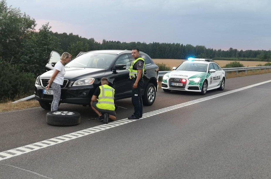 Policijos pareigūnai gelbsti bėdos ištiktai moteriai.
