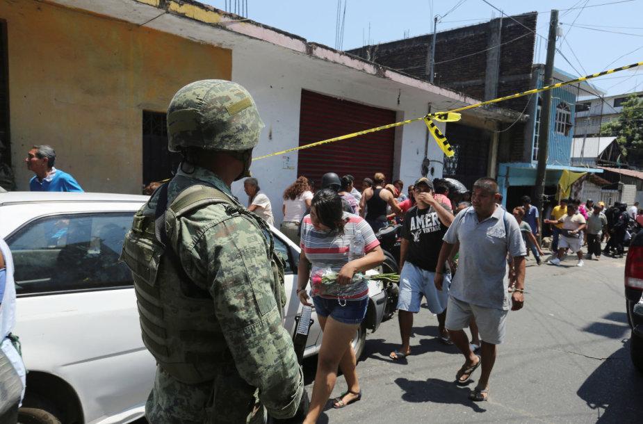 Žmonės traukiasi iš susišaudymo vietos Akapulke