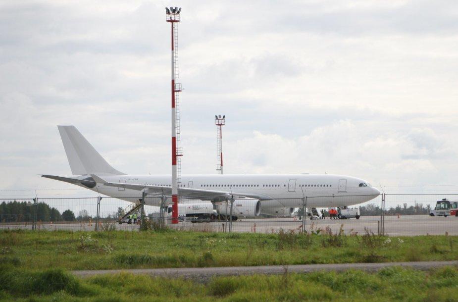"""Pusšimtis Anglijos pareigūnų parlydėjo į Lietuvą skridusį """"kalinių lėktuvą"""""""