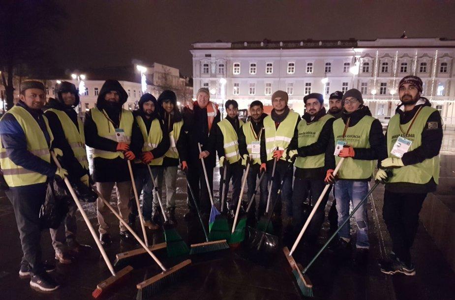 Savanoriai tvarko Vilniaus Katedros aikštę