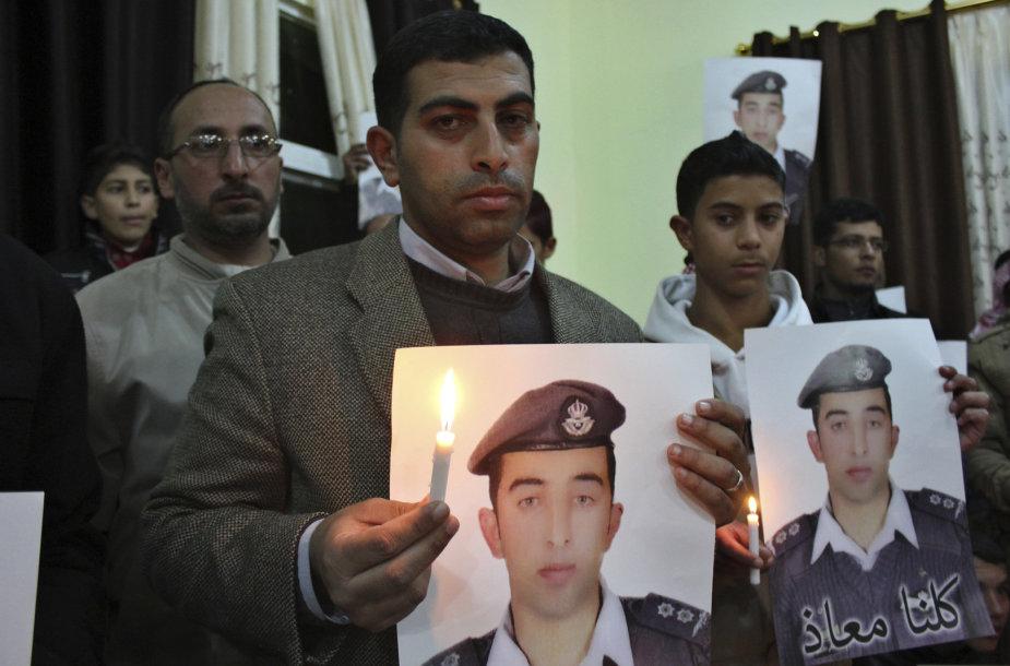 Jordanijos piloto Muazo al Kasasbecho (Muath al-Kasaesbeh) portretą laiko jo brolis
