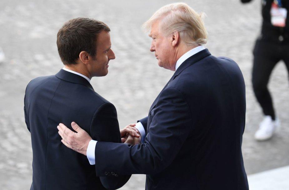 Emmanuelis Macronas ir Donaldas Trumpas dar kartą apsikeitė ilgais rankų paspaudimais