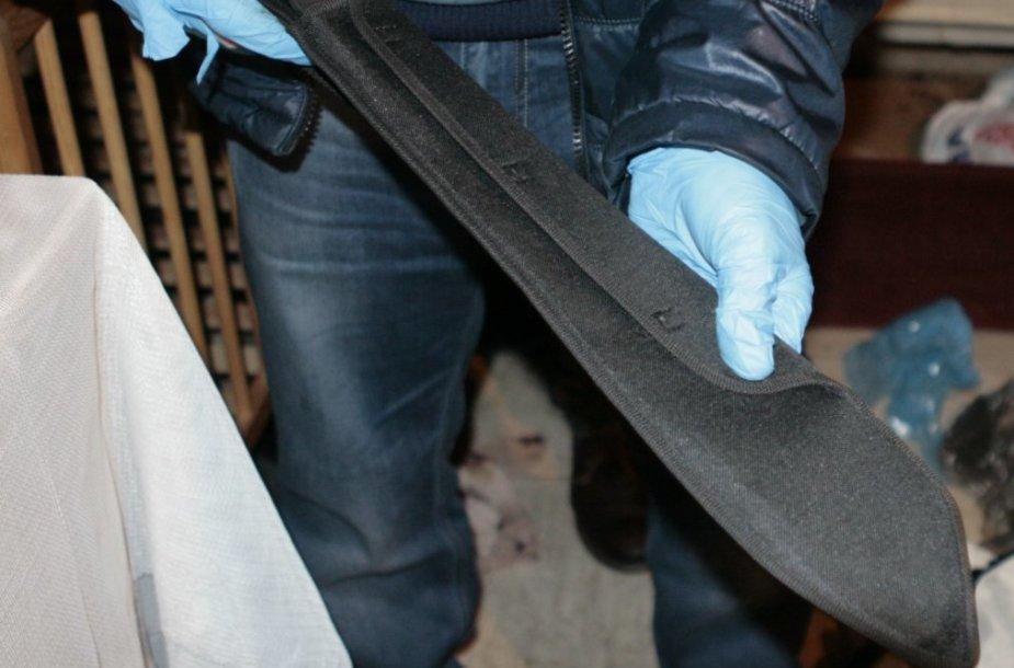 Pas įtariamą narkotikų prekeivį pareigūnai rado mačetę