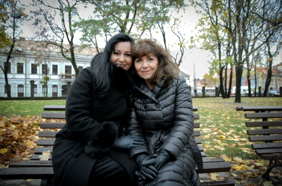 Laidotuvių giesmininkės Aušra Gakaitė (kairėje) ir Joana Tarasevičienė