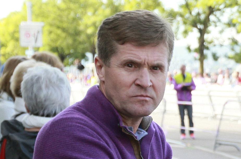 Viktoras Čeginas diskvalifikuotas iš sporto, kai daugiau nei 20 jo auklėtinių buvo pagauti dėl dopingo.