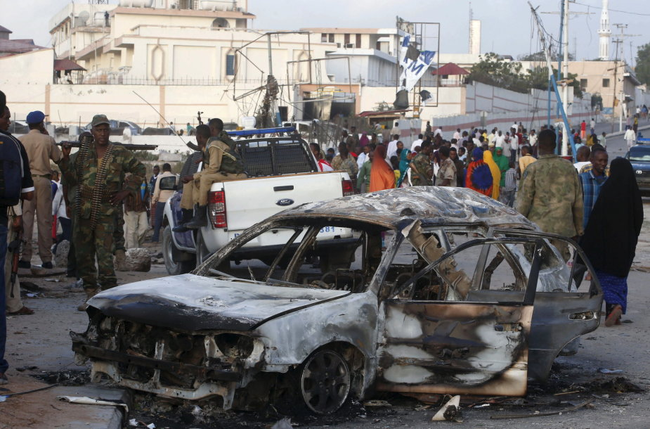 Teroristai atakos pradžioje detonavo sprogmenų prikrautą automobilį.