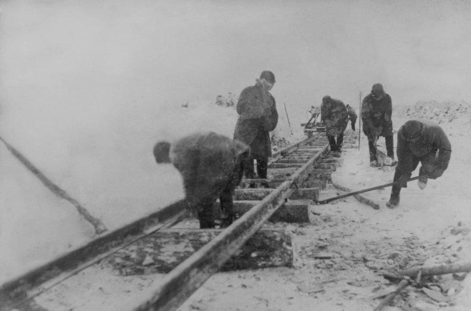Sevželdorlago kaliniai tiesia geležinkelį.