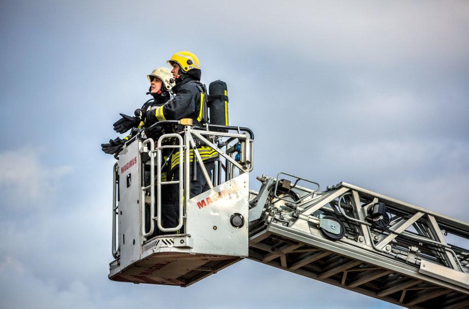 Gaisrininkai gesina Naujojoje Vilnioje degantį vandens bokštą