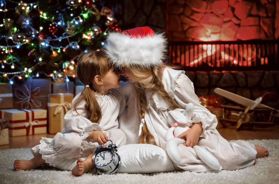 Vaikai kalėdų rytą.