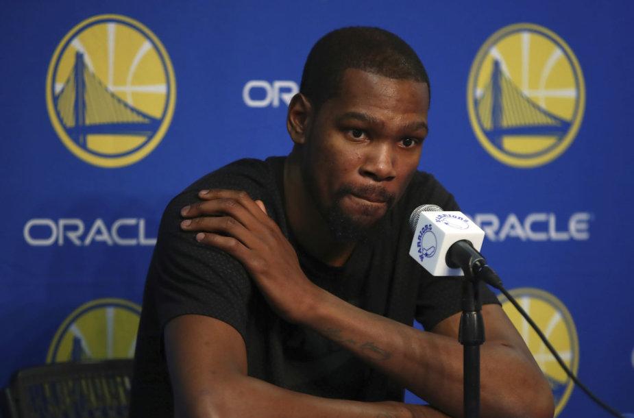 """Kevinas Durantas dvi savaites negalės padėti """"Warriors""""."""
