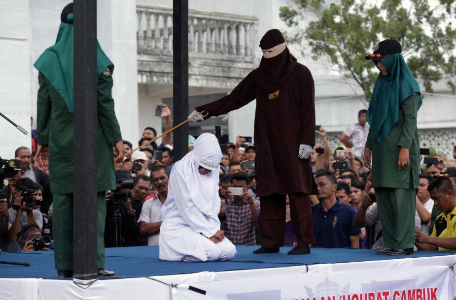 Indonezijoje viešai išplaktos kelios įsimylėjėlių poros ir įtariamos prostitutės