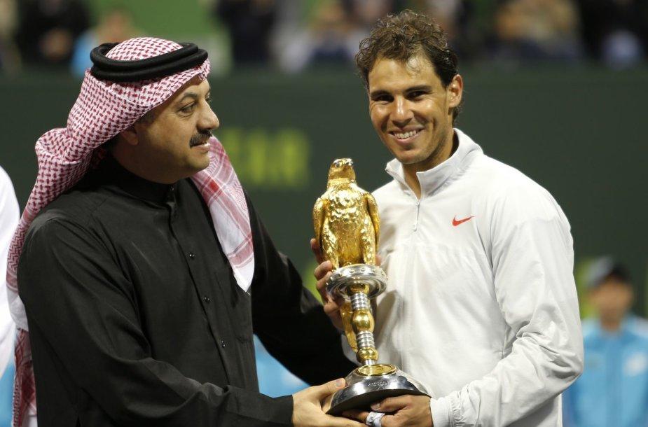 Rafaeliui Nadaliui prizą įteikė Kataro užsienio reikalų ministras Khalidas bin Mohammedas Al-Attiyah